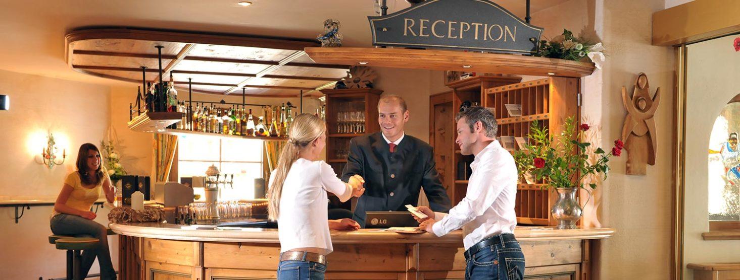 Rezeption im Hotel Zauchensee Zentral